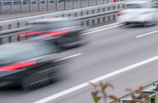 Auf der Autobahn nach seiner Brille zu suchen, ist keine gute Idee. Genau das hat ein 40-Jähriger auf der A81 getan. (Symbolfoto) Foto: dpa