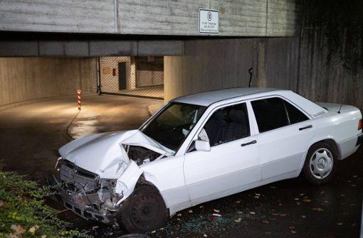 Mercedes-Fahrerin fährt in Tiefgarage gegen eine Wand