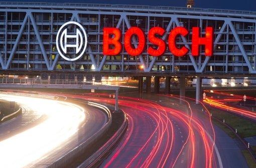 Autos fahren bei Stuttgart auf der Autobahn A8 unter dem so genannten Bosch-Parkhaus entlang. Der Konzern will die Parkplatzsuche mit Hilfe des Internets vereinfachen. Foto: dpa