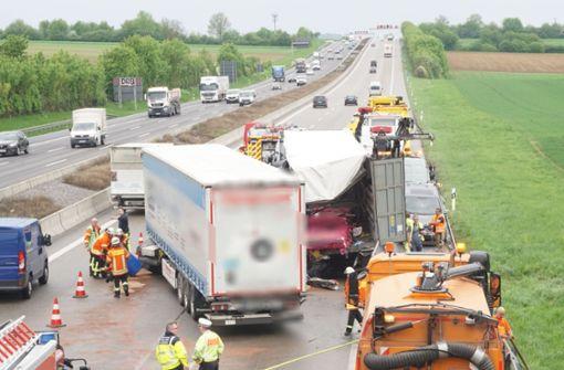 Vollsperrung auf der A81 nach schwerem Unfall