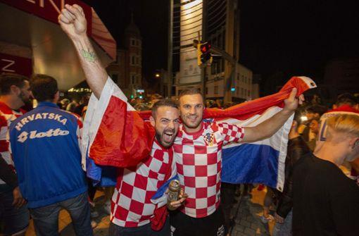 Mit Fahnen und in Trikots feierten sie den Sieg über England Foto: Michael Steinert