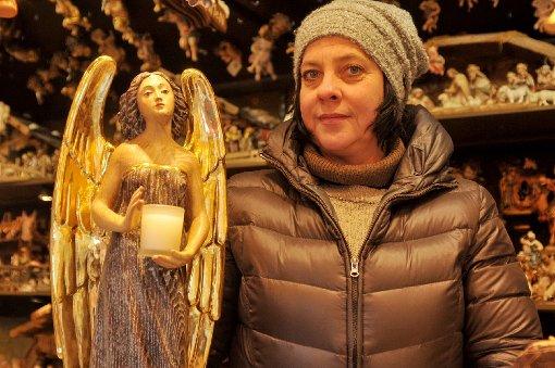 Jasmin Baumgartner hat einen Stand für Krippen und Weihnachtsschmuck auf dem Schillerplatz. Er wurde prämiert: Als der schönste Stand auf dem ganzen Weihnachtsmarkt. Foto: www.7aktuell.de/