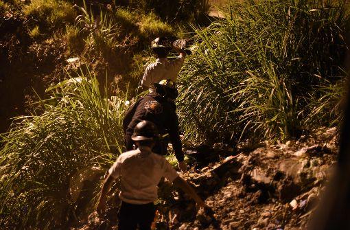 Dorfbewohner verbrennen drei Menschen bei lebendigem Leibe