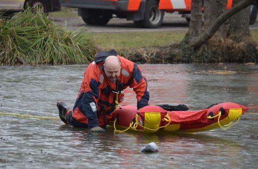 Feuerwehr rettet Taube von Eisfläche