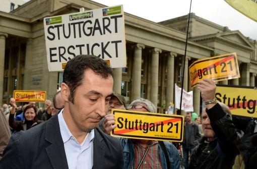 Begleitet mit wütenden Protesten von Stuttgart-21-Gegnern haben die Grünen (Foto: Bundesvorsitzender und Wahlkreiskandidat im Stuttgarter Süden Cem Özdemir) in Baden-Württemberg zum Schlussspurt im Wahlkampf angesetzt. Foto: dpa