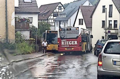 Es wird eng, wenn zwei Gelenkbusse aneinander vorbeifahren wollen. Foto: Gutekunst