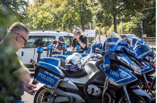 Betrunkener steigt auf Polizeimotorrad
