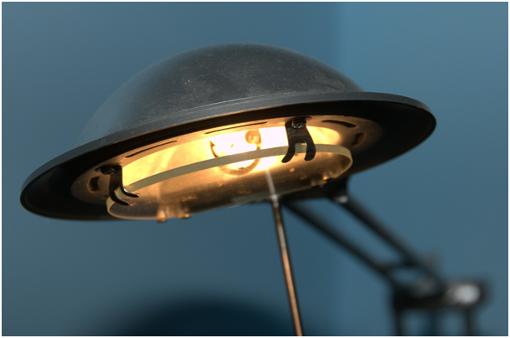 strong2. Die Vorteile der Halogenlampe/strongbrDas Licht der Halogenlampe wird als sehr angenehm empfunden. Wie die Sonne können die Halogenlampen naturähnliche Farben widerspiegeln. Ein Vorteil ist die kompakte Bauweise, so dass kleinere Strahler eine bessere Lenkung des Lichts möglich machen. /br brDer Art und Weise des Aufbaus der Halogenlampe und die höhere Lichtausbeute (je höher die Lumenzahl, desto heller) senkt den Energieverbrauch im Gegensatz zur Glühbirne um bis zu 30 Prozent. Viele Modelle lassen sich gut dimmen und die Entsorgung ist über den Hausmüll gewährleistet. /br Foto: Pixabay