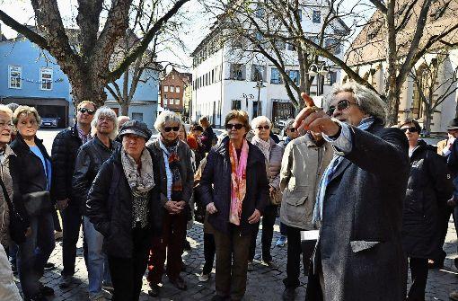 Der Historiker Olaf Schulze erläutert detailreich und unterhaltsam die Geschichte des Marktplatzes Foto: Georg Linsenmann