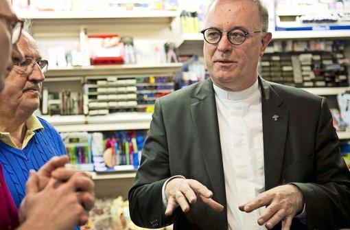 Landesbischof Frank Otfried July (rechts) im Gespräch mit Kiosk-Besuchern in Gablenberg Foto: Lichtgut/Max Kovalenko