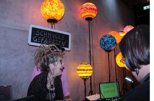 Ausstellerin Moni Ramoni  mit Schmuckgefährten.  Foto: Klaus Schnaidt