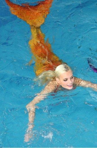 ... elegant mit ihrem Meerjungfrauen-Schwanz durch das Wasser bewegen. Wir haben die Fotos des feuchten Events. Foto: Euromodel