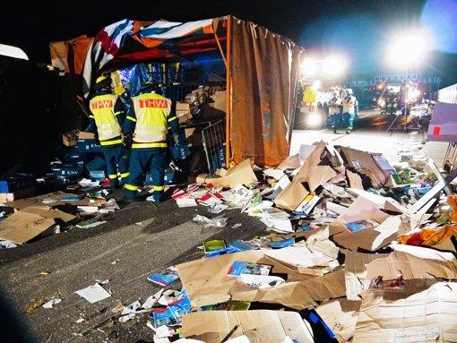Tonnen von Schulbüchern auf der Autobahn
