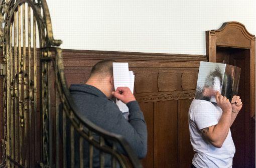Die 23 und 30 Jahre alten Angeklagten zeigen keine Regung und hüllen sich am Mittwoch beim Prozessbeginn vor dem Berliner Landgericht in Schweigen. Foto: dpa