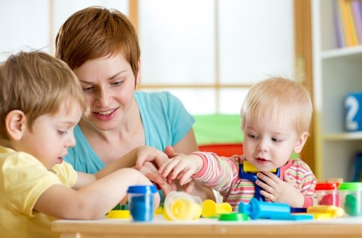 Die Kinder nehmen ihre Erzieherin voll in Anspruch Foto: Oksana Kuzmina/Fotolia Foto: