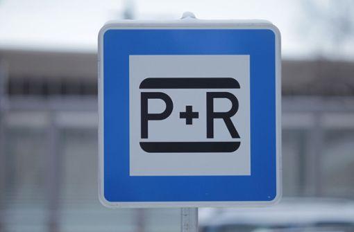 Pendler klagen, dass P+R-Parkplätze zu teuer und oftmals überfüllt sind. Nun werden weitere Plätze geschaffen. Foto: dpa