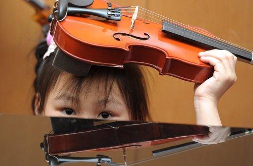 Den Umgang mit Geige, Klavier und anderen Instrumenten können Schüler am Ebelu in Zukunft noch intensiver lernen. Foto: dpa