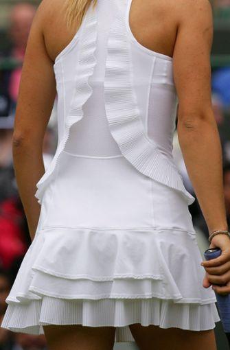 Maria Scharapowa war mal Weltranglistenerste, gewann alle Grand-Slam-Turniere mindestens einmal und hat als eine der ersten Tennispielerinnen modische Akzente gesetzt. Im Jahr 2007 in Wimbledon trug die Russin beispielsweise eine Art Strandkleidchen mit Lagen und Rüschen. Manche Männer finden das sexy. Foto: EPA