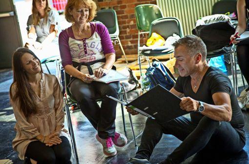 """Uwe Kröger (sitzend) probt seit einigen Tagen im Wizemann mit Kollegen für die Premiere des Musicals """"Annie"""" und hat viel Spaß dabei- Foto: Lichtgut/Piechowski"""