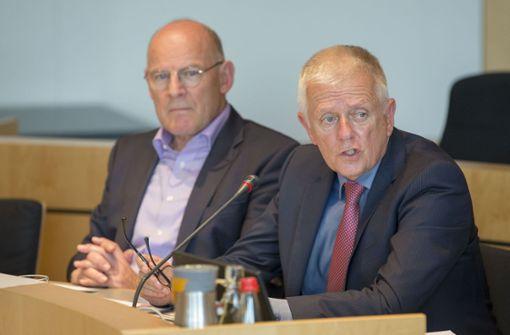 VVS-Aufsichtsratschef Fritz Kuhn und Verkehrsminister Winfried Hermann (beide Grüne) haben im Rathaus die Tarifzonenreform präsentiert.  Foto: Lichtgut/Leif Piechowski