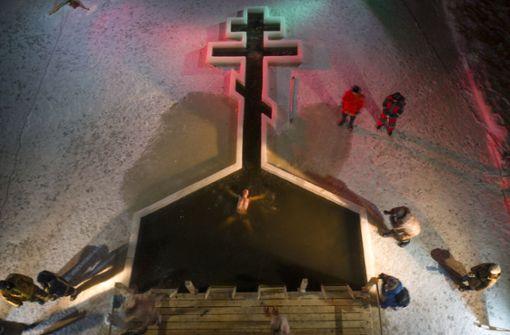 Priester verpasst Baby bei Taufe eine Ohrfeige