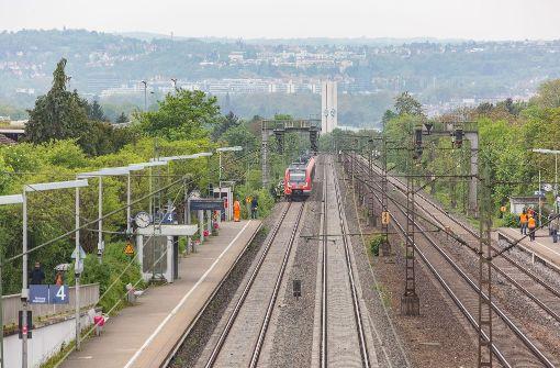 Unbekannter wirft Glasflasche auf einfahrende S-Bahn
