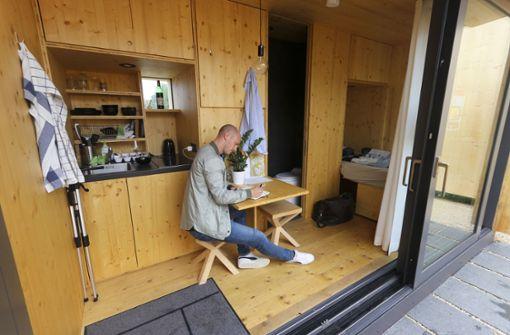 Zwei kleine Hocker, ein ausklappbarer Tisch und ein einklappbares Bett: Viel Mobiliar passt nicht ins Haus. Foto: factum/Granville
