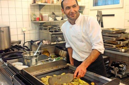 Im Gastgewerbe ist der Bedarf an Fachkräften groß – das birgt auch Chancen für Asylsuchende wie den 28-jährigen Syrer  Hazem Ali Alsharaa: Er  arbeitet als Küchenhilfe in einem Stuttgarter Betrieb. Foto: StN