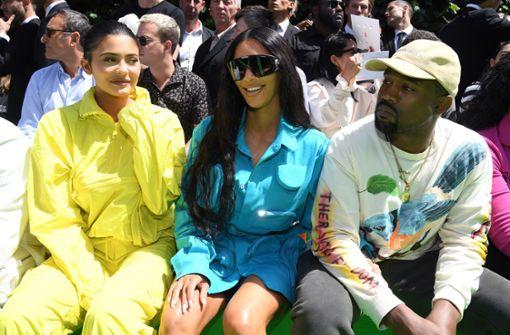 Außerdem hat sie väterlicherseits die drei Halbbrüder Burt, Brandon und Brody Jenner sowie die Halbschwester Casey Jenner. Hier auf dem Bild sieht man sie mit ihrer Halbschwester Kim Kardashian und deren Ehemann, dem Hip-Hop-Mogul Kanye West. Foto: Getty Abo