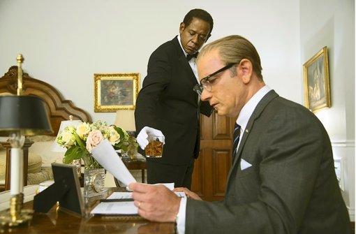 Der Butler Der Vater Dient Der Sohn K Mpft Kultur