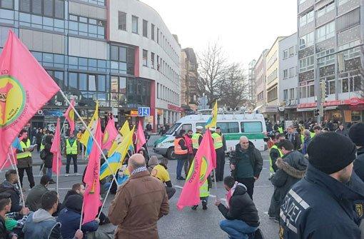 Mehr Teilnehmer als zunächst erwartet: Der Kurdenmarsch startete am Montag in Stuttgart. Foto: Fotoagentur Stuttgart Andreas Rosar