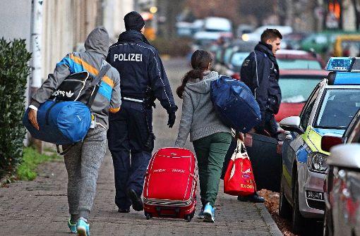 Abgelehnte Migranten sollen in Zukunft einfacher abgeschoben werden. Foto: dpa