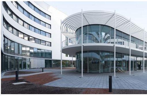 Die lichtdurchflutete Betriebsgastronomie im Innenhof des neuen IT-Campus bietet 650 Sitzplätze auf zwei Etagen. Foto: Bosch