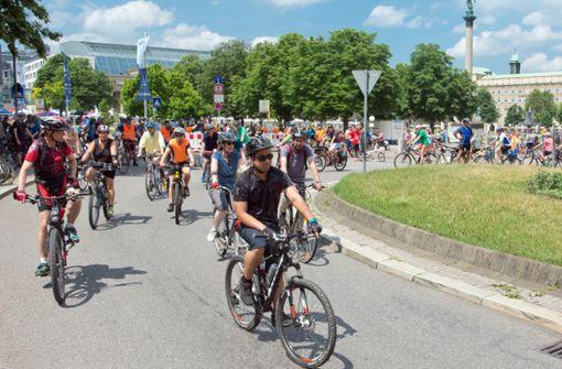 Tausende Radler genießen die freie Fahrt