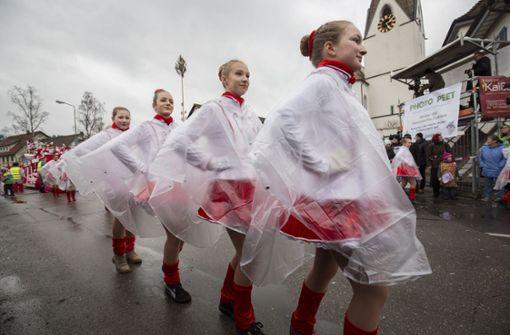 Die Tanzgarde unterm Regenmantel... Foto: Michael Steinert
