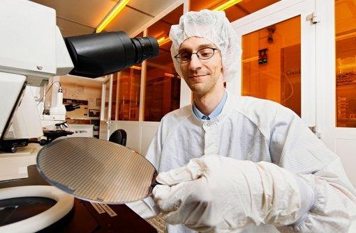 """Christoph Schelling (39) hat für Bosch bereits über 100 Patente angemeldet und gehört damit zu den """"Forschern des Jahres"""" des Konzerns. In der Hand hält er eine Platte mit Hunderten Sensoren. Wie das Forschungszentrum in Renningen aussehen soll, sehen Sie in unserer Bildergalerie. Foto: Bosch"""