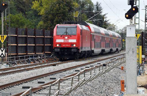 Nach gut sieben Wochen Sperrung ist der Zugverkehr auf der wichtigen Rheintalbahn-Strecke zwischen Rastatt und Baden-Baden wieder angelaufen. Foto: dpa