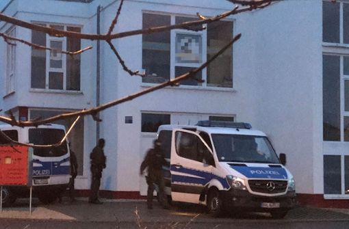 Einsatzkräfte bei der Razzia in Jettingen Foto: Franz Feyder