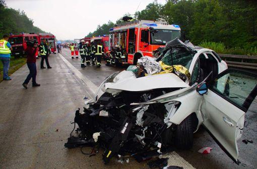 Rettungskräfte waren über Stunden mit der Bergung der Verletzten und der Räumung der Unfallstelle beschäftigt. Foto: Andreas Rosar Fotoagentur-Stuttgart