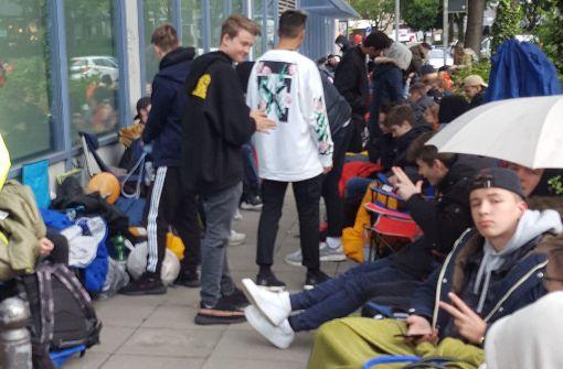 Jugendliche warten für Kanye-West-Sneaker in der Kälte