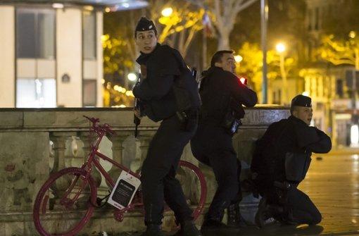 Polizisten im Einsatz bei den Anschlägen in Paris. Foto: EPA