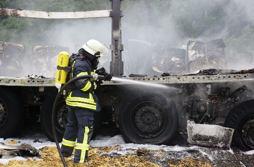 Lastwagen gehen nach Unfall in Flammen auf