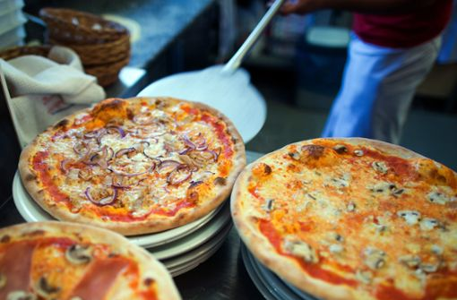Das hätten viele Twitter-Nutzer nicht gedacht: Eine Pizza mit 45 Zentimetern Durchmesser hat mehr Flächeninhalt als zwei Pizzen mit 30 Zentimetern Durchmesser zusammen. Foto: dpa