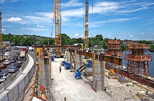 Die runden Hilfsstüzen stehen bereit um die neue Stahlbrücke aufzunehmen, die eckigen Pylone am Neckarufer werden noch geschalt Foto: Lichtgut/Max Kovalenko