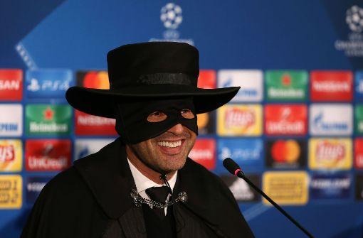 Paulo Fonseca löste sein Versprechen ein und trat als Zorro vor die Presse. Foto: AFP