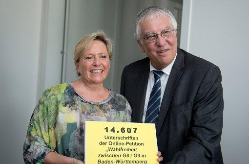 Bernd Saur übergab Kultusministerin Susanne Eisenmann die Unterschriftenliste im August. Foto: dpa