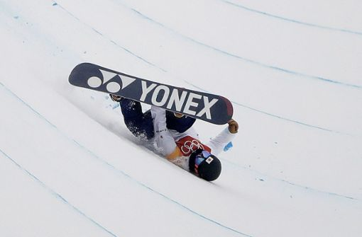 Der junge Snowboarder Yuto Totsuka stürzt bei seinem zweiten Lauf schwer. Foto: AP