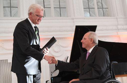 Baden-Württembergs Ministerpräsident Winfried Kretschmann (links) hat Bundesfinanzminster Wolfgang Schäuble mit dem Hanns Martin Schleyer Preis geehrt. Foto: dpa