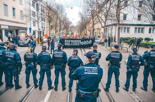 Polizisten versuchen am Dreikönigstag im Umfeld des Cannstatter Kursaals Demonstranten gegen eine AfD-Veranstaltung in Schach zu halten. Foto: 7aktuell.de/erlach-Dyhringer