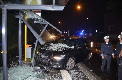 Audi kracht in Bushaltestelle